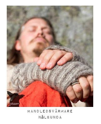 Handledsvärmare, nålbundna, ie needlebound / nalbound armwarmers, made by (and for sale) @ Idunas Hantverk {Iduna's Handicraft}  ~  Please see link for more info [in Swedish]!