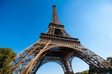 En Francés es un torre Effiel. Es muy grande y bonita.