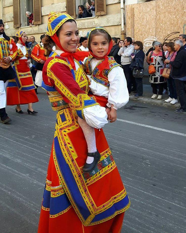 Questa è la prima delle tante foto che ho scattato durante la sfilata di Sant Efisio, quest'anno mi sono dedicata in gran parte ai bimbi💙💟La gioia e l'orgoglio di indossare il costume di Desulo, della giovane donna con la sua bimba 💗💗💗💗💗…