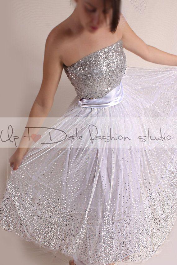 Zilveren pailletten (boven) trouwjurk met tulle tutu, de perfecte Glam kijk voor uw trouwdag! Deze jurk is de perfecte verklaring stuk voor uw oude Hollywood! Deze 50s stijl korte trouwjurk is perfect voor een zwaan prinses, of een moderne vrouw op zoek naar een vleugje vintage glamour.  Bekijk onze sequin afgebeeld in zilver maar CONVO ons voor meer kleuropties .skirt heeft een 4-laag Tule + satijn Top kan worden besteld in andere kleuren rok heeft mooie Tule wit en zilveren stippen rok…