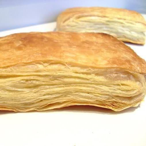 Como fazer massa folhada. A massa folhada é um tipo de massa que se caracteriza pela aparência laminada e textura crocante. É utilizada para preparar uma grande variedade de aperitivos e sobremesas, especialmente com merengue....