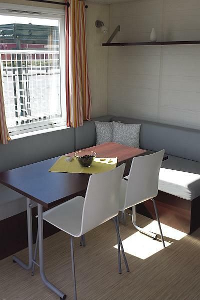 Φωτεινό και μεγάλο σαλόνι που γίνεται διπλό κρεβάτι(διαθέτει και αποθηκευτικό χώρο), τραπεζαρία με 2 καρέκλες για 6 άτομα. Τροχοβίλες Γαλλίας O'Hara - Χατσόγλου www.trohovilla.gr