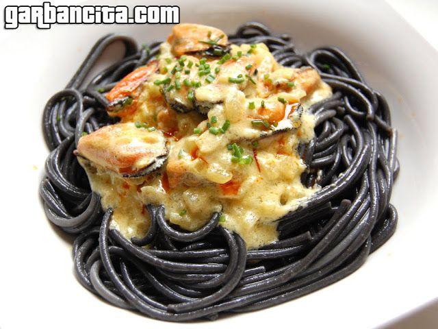 Espaguetis negros con mejillones al vapor con crema de azafrán