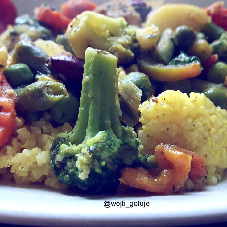 """#wojti_gotuje . . ☞Indyk z kaszą jaglana i warzywami na patelnię  WARTOŚCI ODŻYWCZE:  Energetyczność: 727,27 kca . Białko: 45,98 g Tłuszcz: 25,61 g Węglowodany: 73,67 g . SKŁADNIKI: Kasza jaglana - 1 woreczek (100 g) Filet z indyka - 1,5 porcji (150 g) Oliwa z oliwek - 2,5 łyżki (20 g) Mieszanka warzyw """"na patelnię"""" - 2,25 porcji (220 g)"""