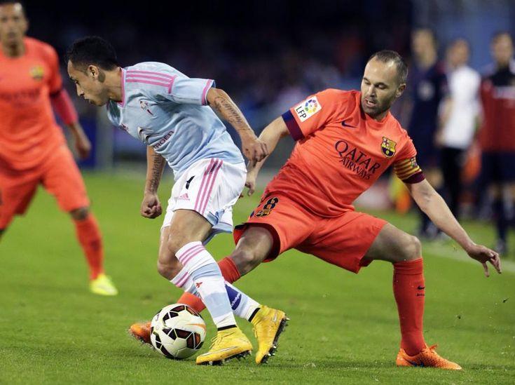 El centrocampista del Barcelona Andrés Iniesta  pelea un balón con el centrocampista chileno del Celta, Fabián Orellana.