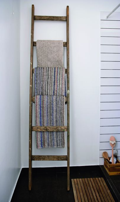 Træstigen, som Pauline har fundet på et loppemarked, er perfekt til håndklæder. De hvide klinker er valgt for at skabe en stemning af svømmehal. Risten i træ er fundet i Bilka.