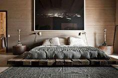10 estilos para una cama al ras del piso  Una base hecha con maderas antiguas recuperadas le da un toque rústico a este cuarto hecho al ras del piso Foto:Living/Theultralinx.com