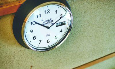 【楽天市場】壁掛け時計【Veryan [ ヴェリアン ]】掛け時計|壁掛け| レトロな風貌が心地よい空間のアクセントになってくれるデザイン時計。壁掛け時計|レトロ|おしゃれ|ブラック|アイボリー|イエロー|可愛い|デザイン|お洒落 [送料無料]:ヒナタデザイン