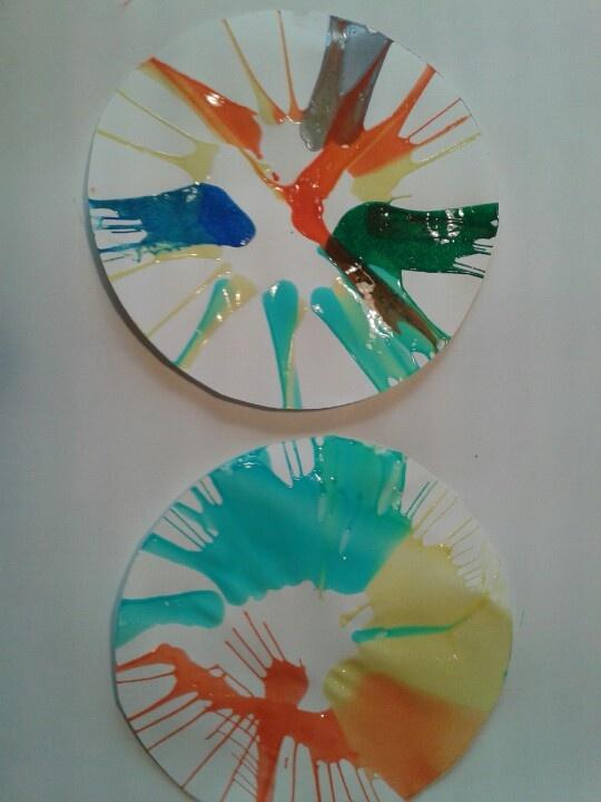 Sla centrifuge kunst. Super leuk om te doen. Net met zoon van 3 oud geprobeerd.  Tip klein stukje buddie helpt om het papier op zijn plek te houden.
