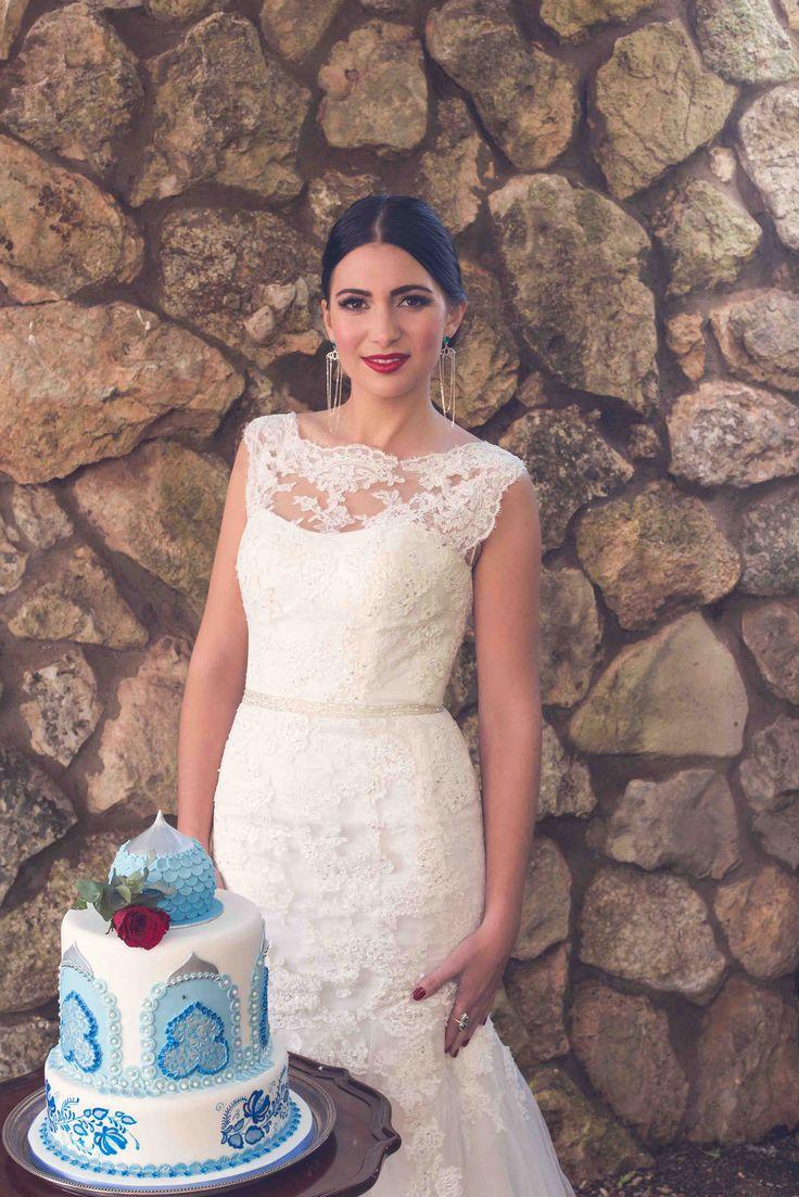 A beautiful bride & a pretty cake Photo: Kusjka du Plessis Cake: A Cake Story