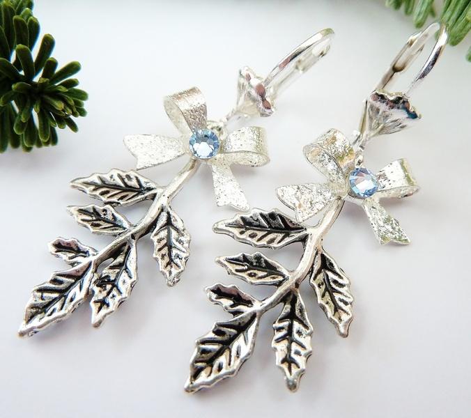 Diese zauberhaften Ohrringe mit Blatt-Ornamenten und Schleifen sind eine schöne Geschenkidee für alle, die es romantisch mögen.  Sie bestehen aus silb