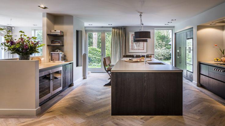 Kabaz heeft de '50-er jaren villa in Hilversum getransformeerd tot een heerlijk familiehuis. Voor het wat sobere huis maakten wij een compleet ontwerp en bouwplan, waarbij het compleet op de schop werd genomen – van de meterkast tot de zolder. De achterzijde van het huis werd over de gehele lengte fors uitgebouwd, met drie openslaande …