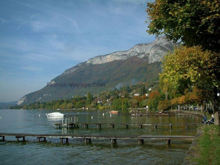 Lac d'Annecy: Lac, pontons en bois, bateaux, rive, arbres aux couleurs de l'automne, maisons, forêt et montagne - France-Voyage.com
