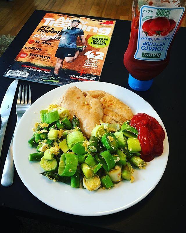 Kylling lavet i smør& kokosmælk + grøntsager stegt med æg 💪🏼😊👍🏼 #gains#natural#fitness#chicken#kylling#grøntsager#ketchup#frokost#snack#træning#sund#livsstil#sundhed#ernæring#sulten#regnvejr#danmark#komnu#sommer#cravings#naturlig#fit#body#selfie#lifestyle#bodybuilding