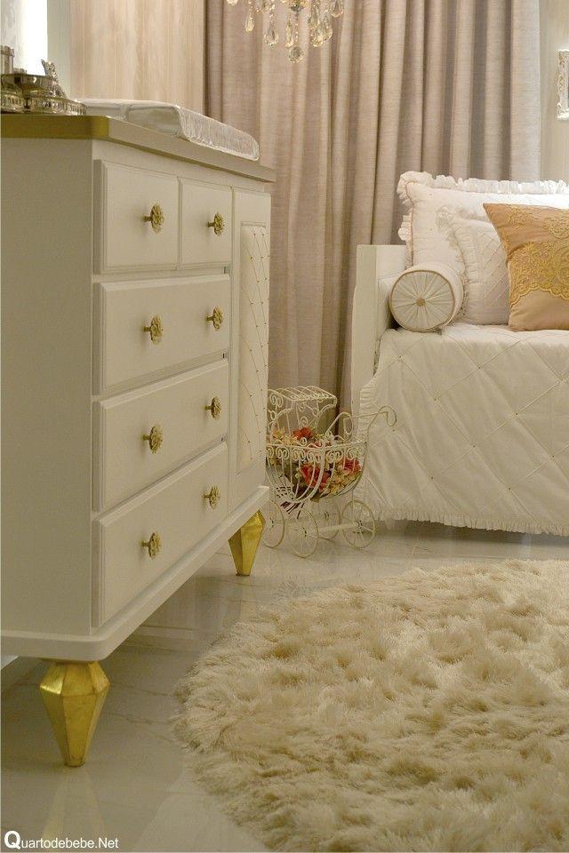Piso de mármore branco com tapete de pelos redondo.