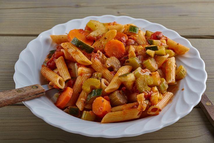Dit is een heel simpel recept voor pasta met rode saus. Een echt studentenmaaltje door de simpele bereiding en lage kosten, maar ook door kinderen erg geliefd!