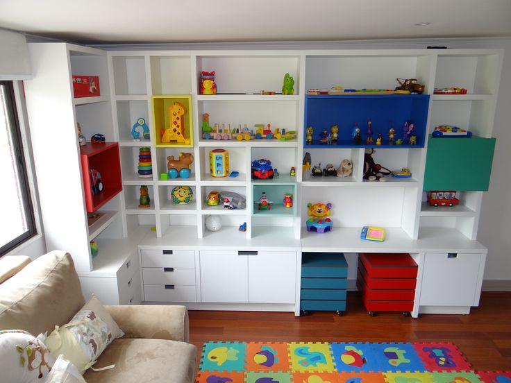Mueble biblioteca enchapado blanco con aplicaciones de - Mueble para guardar juguetes ...