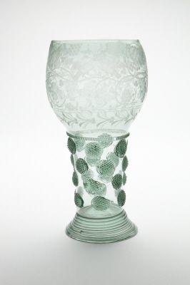 Blåst, grönt glas med graverade vinrankor, från 1600-talets mitt.