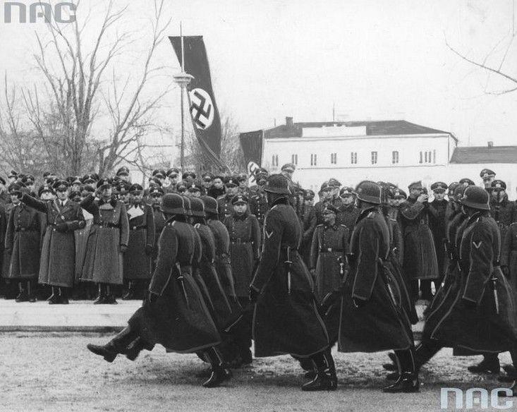 Defilada niemieckich kompanii honorowych przed gubernatorem Hansem Frankiem podczas jego wizyty w Lublinie.