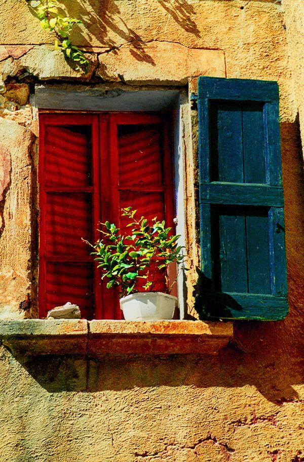 Janela vermelha e azul.