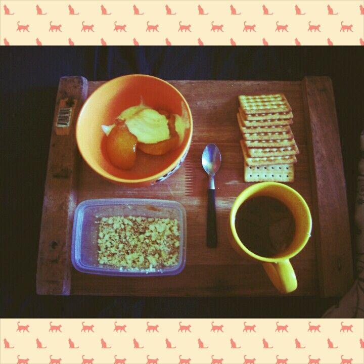 Breakfast ricota miel te helado durazno galletitas