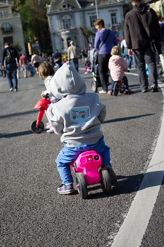 The Pocket Trailer is a special strap for kid's running bike and motor. You can hang up the bike and motor on the baby buggy or your shoulder. The Pocket Trailer decorated with lace. It is fashionable, stylish and feminine. Webshop: www.pockettrailer.hu