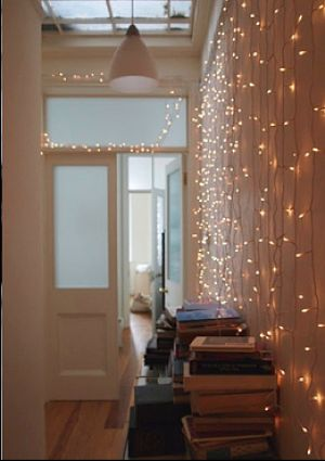 Basta poco per dare personalità a un #corridoio buio... Una #tendaluminosa, rigorosamente #LED, può rendere magica anche una zona di passaggio della vostra casa.  Potete realizzarlo con: http://www.luminalpark.it/Tenda-2-x-1-5-m-304-led-bianco-caldo-cavo-bianco_20801.html