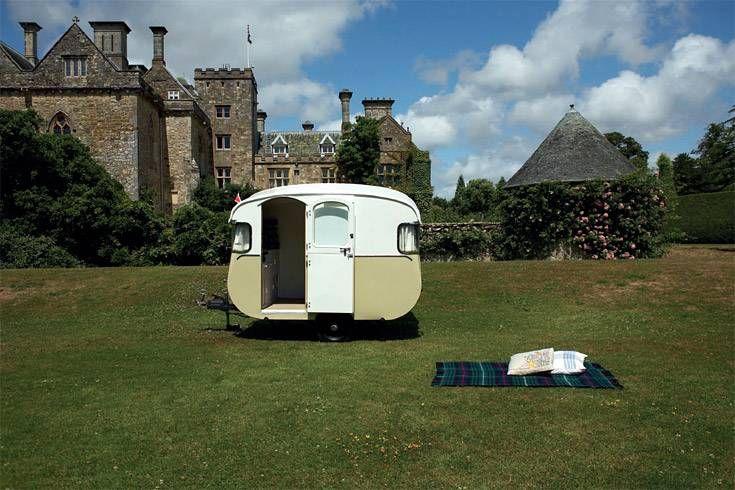"""Ein echter """"Royal"""" unter den Wohnwagen. Dieses Schmuckstück schenkte der britische Caravan Club 1955 Prinz Charles und Prinzessin Anne zum Spielen. Für die königlichen Kinder wurde ein Minaturmodell im Maßstab 1 zu 3 angefertigt"""