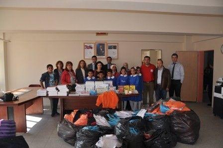 Vandaki Kızılay şubesi öğrencilere yardımda bulundu. Bununla ilgili gazete haberi.