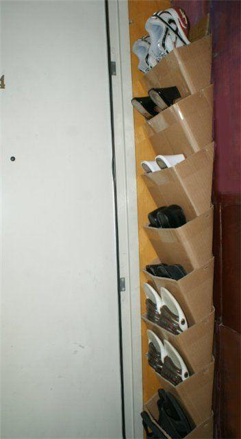 Хранение обуви в узком простенке за дверью