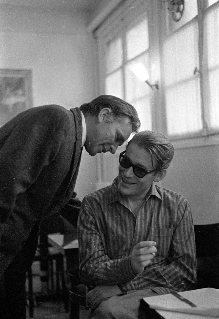 Richard Burton whispering to Peter O'Toole. Paris, 1967.