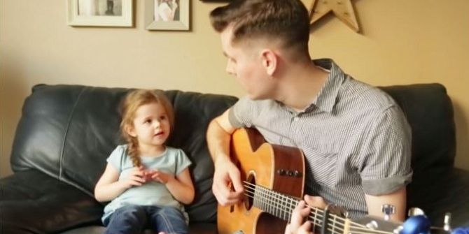 Het liedje zelf is al mooi. Maar als deze vader en dochter het zingen, bezorgt het je gegarandeerd kippenvel. Samen zingen Claire en haar vader Dave You've got a friend in me van Randy Newman. En dat levert een geweldig lief duet op dat inmiddels de hele wereld overgaat. Het liefste filmpje dat je ooit…