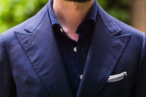 Despite the casual nature of the hopsack fabric, the jacket is made more formal and elegant with wide, peaked lapels.