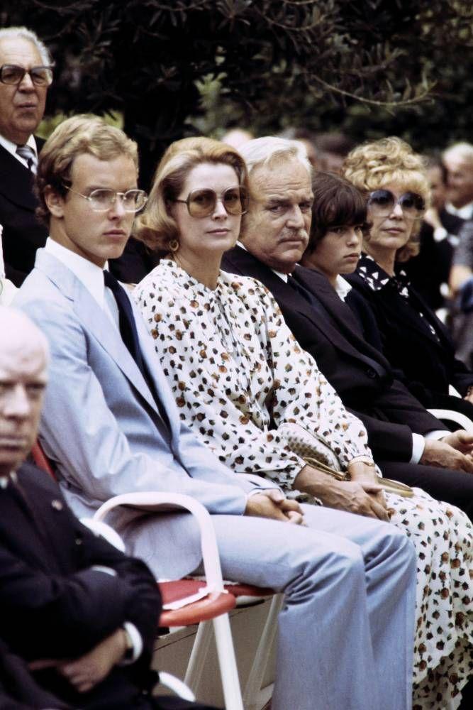 Le prince Albert II de Monaco,sa mère Grace, son père le prince Rainier III et la princesse Stéphanie, le 7 septembre 1977. © AFP