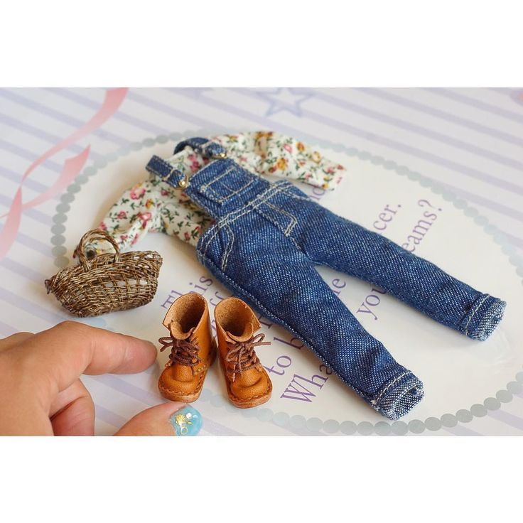 """RepostBy @mio_meet: """"miniature doll's fashion👖    夏休みに入りなかなか自分の時間が取れずミニチュアさぼりぎみです😖💦 娘のお人形さん用にオーバーオールを作りました😊    お人形さんのリアルクローズなお洋服はミニチュア好きとしてはたまりません😋❤️ 私も昔、母が人形の服をよく作ってくれたなぁと懐かしくなりました😌    ブーツはミニチュアショウの際に憧れの @fgirlyama さんで購入させて頂いたお気に入りです😊  #meetminiature  #miniature #dollhouse #ミニチュア #ドールハウス#ブーツ #miniatura #miniatur #かごバック #かご#ハンドメイド#鞄 #ネイルアート#ruruko #momoko #ネイル#かわいい#japan #リカちゃん #ブライス #blythe #doll"""
