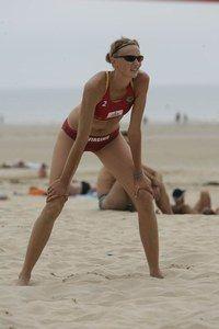 ça bronze uniformément - Le beach volley, sport de plage - Contrairement au volley indoor, le beach-volley se pratique en plein air, au soleil, et en maillot. Il n'y a rien de tel pour se faire un bronzage sublime côté pile comme côté face...