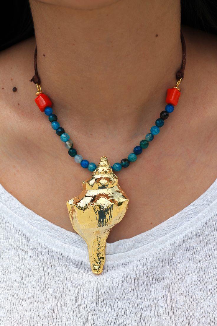 Precioso colgante en forma de caracola de mar bañado en oro de 18k, combinado con collar de cuarzos en tonos azul y cordón de antelina.