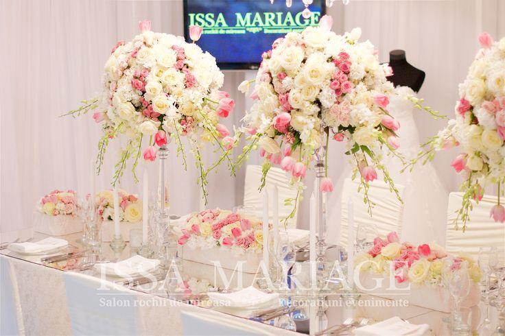 Decoratiuni nunta masa din oglinda sfesnice cristal cu aranjamente florale IssaEvents 2017