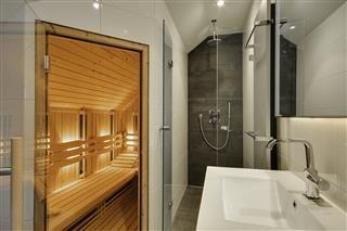 Deze luxe woning heeft 2 moderne badkamers waarvan een met één infrarood sauna.