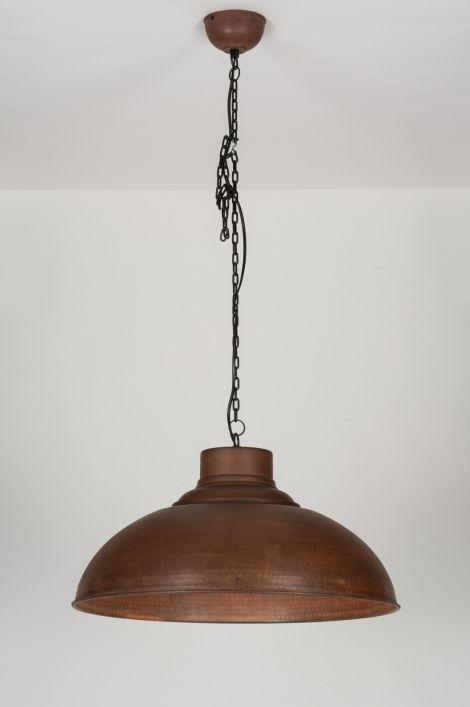 artikel 72193 Deze grote hanglamp is sfeervol van vormgeving en heeft een tijdloos karakter. De kap is in zijn totaliteit volledig verweerd, geoxideerd en verroest. Fraai detail is de subtiel aangebrachte hamerslag. Dit geeft de lamp een authentiek karakter. http://www.rietveldlicht.nl/artikel/hanglamp-72193-industrie-look-roest-bruin-brons-metaal-rond