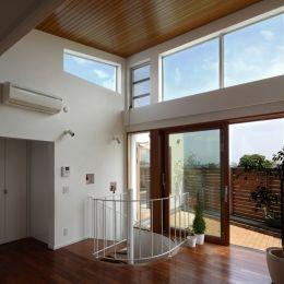 眺めの良いルーフテラスの家の部屋 ルーフテラスへと繋がる