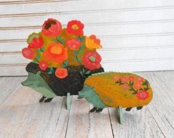 Uccello nella scultura di legno della parete di gigli. Un tenero uccellino si siede nei rami pieni di fiori e gigli. Loriginale, mostrato qui, è stata effettuata per un bambino doccia dono per una poco uno denominato Lily, ma questo disegno inoltre è stato usato come una corona di porta.  3 formati disponibili: 15 x 17 $125 17,5 x 20 $145 19,5 x 22 $195  Questo pezzo di legno è stato tagliato nel mio studio e finemente dipinta a mano con molti dettagli e poi verniciato. È un originale sul…