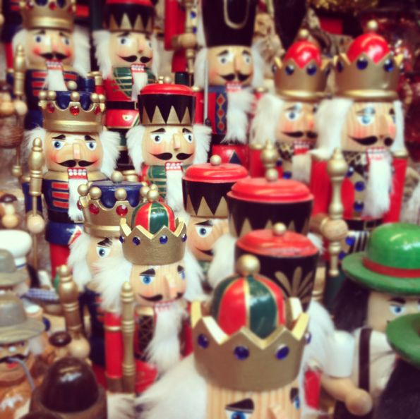 Nutcrackers: Nutcrackers Fetish, Toys Soldiers, Christmas Nutcrackers, Nutcrackers Obsession, Soldiers Garlands, Lights Ribbons, Ties Ribbons, Nutcrackers Suits, Ribbons Garlands