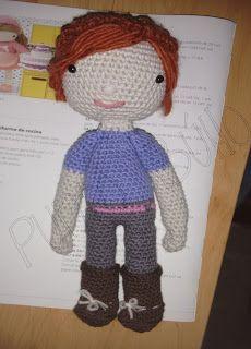 Yolanda la bibliotecaria    Buenas tardes a todos!  Hoy en el blog os traigo una entrada muy especial.  Se trata de una muñeca personalizada para mi jefa que recientemente aprobó las oposiciones para bibliotecas y entre las compañeras y yo queríamos tener un detalle con ella.  Creemos que sería una buena idea y un regalo de lo más original por lo que me puse enseguida manos a la obra.  Y tAcHANNNNNNNNNNN........Este es el resultado! :)     Aquí vestida con su camiseta pantalones cinturón y…