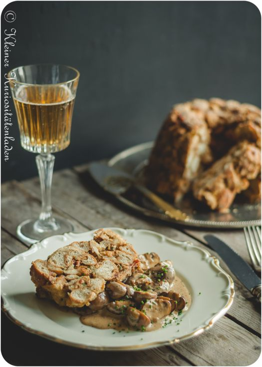 Semmelknödel-Guglhupf mit Champignon-Ragout
