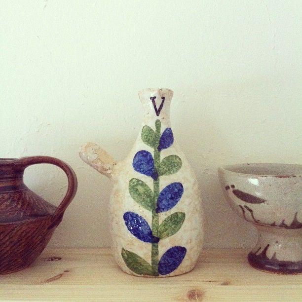 スペインのタラベラ、カルメンというメーカーのピッチャー。植物模様が軽やか。Vはビネガー入れだから。  #世界の民芸#民芸品#民藝#民芸#folkcraft#folkart#mingei #interior#interiordesign#craft#object#インテリア#クラフト#スペイン#タラベラ
