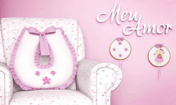A almofada amamentação do Quarto Ursinha Bebê é puro charme! Ela é bordada com flores que combinam com a decoração do quarto de bebê e tem babadinhos cor de rosa que dão acabamento e muita delicadeza a esse acessório indispensável!