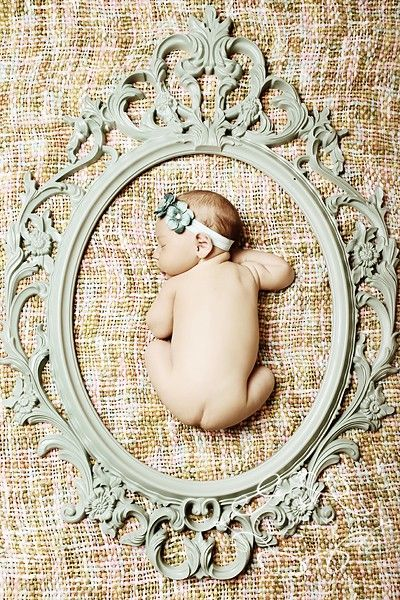 this is not actually a photo shoot pic, it's a really clever way to use a VINTAGE FRAME!!  CUTE HUH?!? <<3