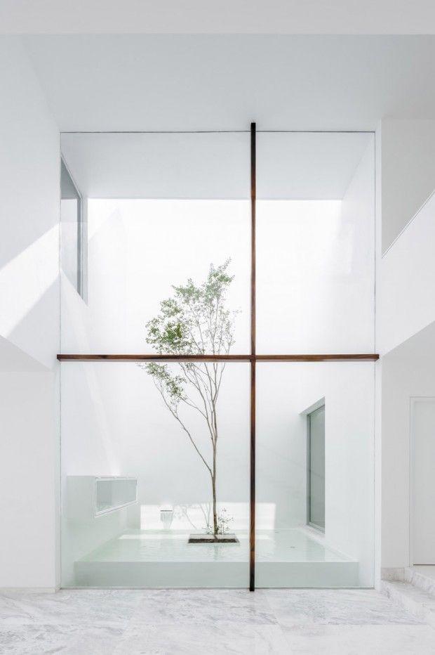 La Casa V se trouve dans la ville de Guadalajara au Mexique. Déployée sur trois niveaux plus un toit-terrasse, cette magnifique habitation est une création