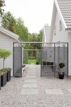 pretty pale gravel and stone paving path with contemporary horizontal slatted fence - ellas inspiration - - inredning för ditt hem & trädgård!